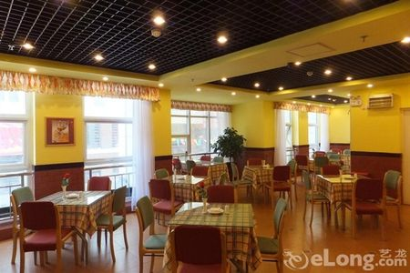 距离飞机场约15公里;酒店周边邻近庆阳市政务大厅